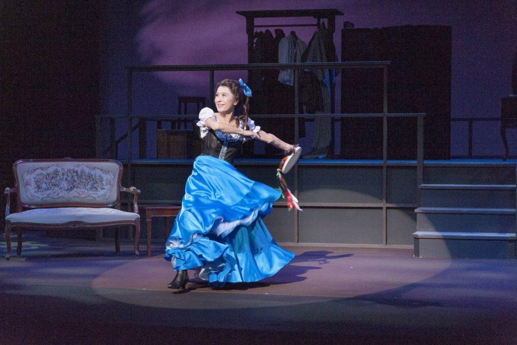 踊る小巻さんの写真