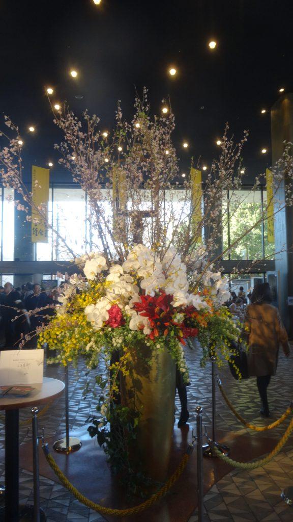 文化会館のロビーに飾られた花