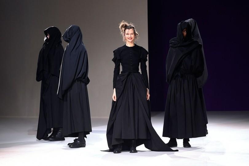耀司さんの黒一色のファッションショーの様子