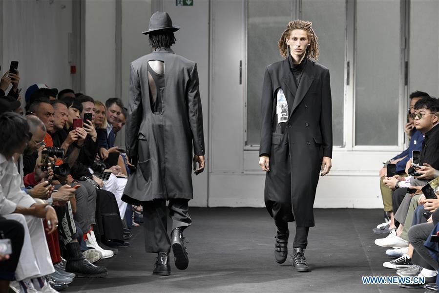 耀司さんの黒一色のファッションショーの様子・男性版