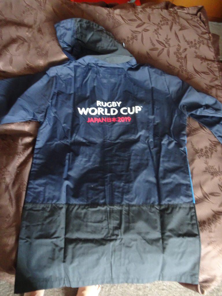 レインコートに書かれたワールドカップのロゴ