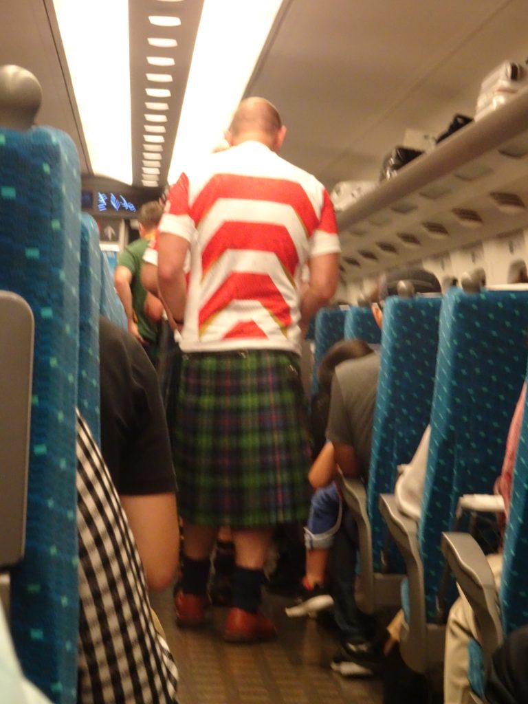 スコットランドのキルトスカートをはいた大男