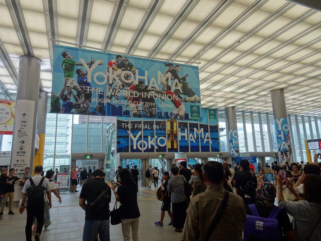 ラグビーワールドカップの大きな広告が掲示されている賑わう新横浜駅