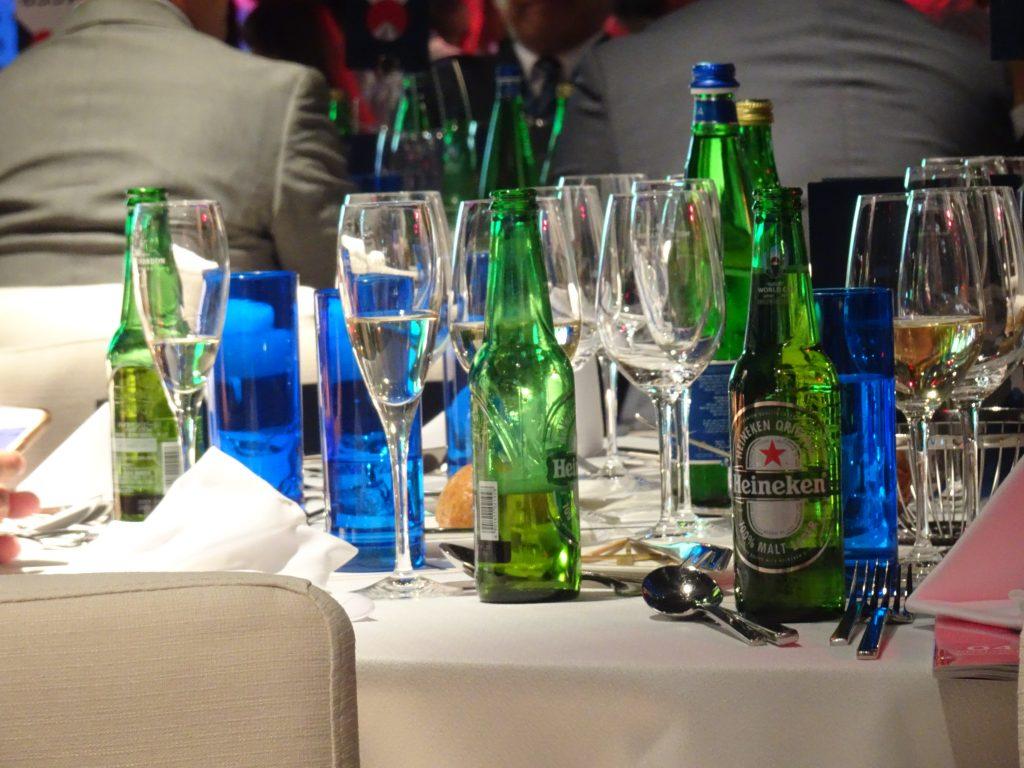 テーブルにたくさん並べられたビールの瓶
