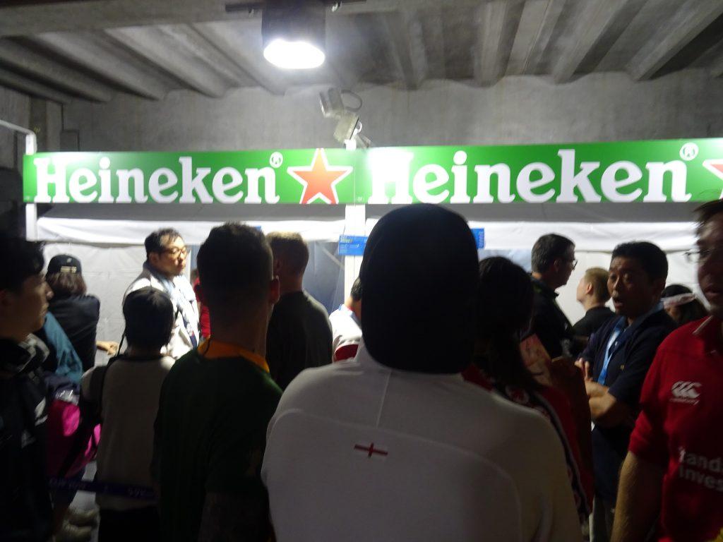 ハイネケンのビール売り場の前のとても長い行列