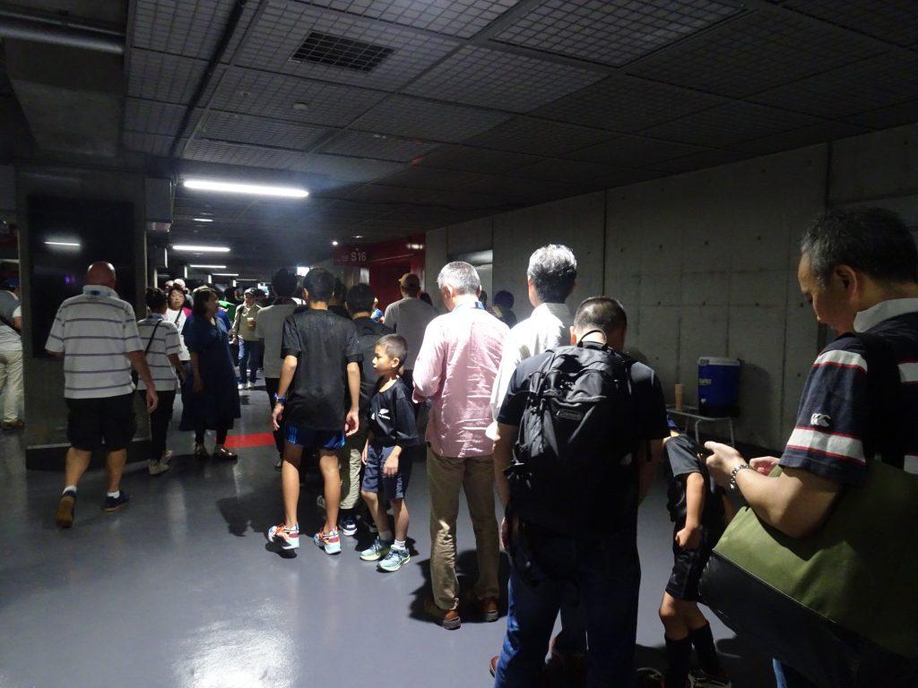 トイレに行く人たちの長い表列