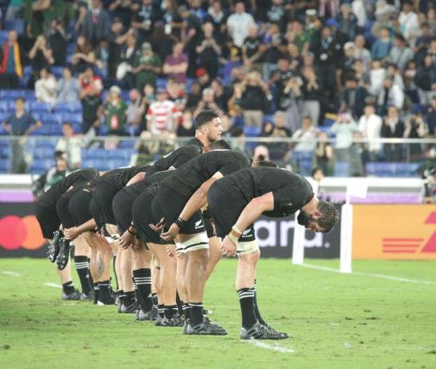 日本式にお辞儀してお礼するオールブラックスの選手たち