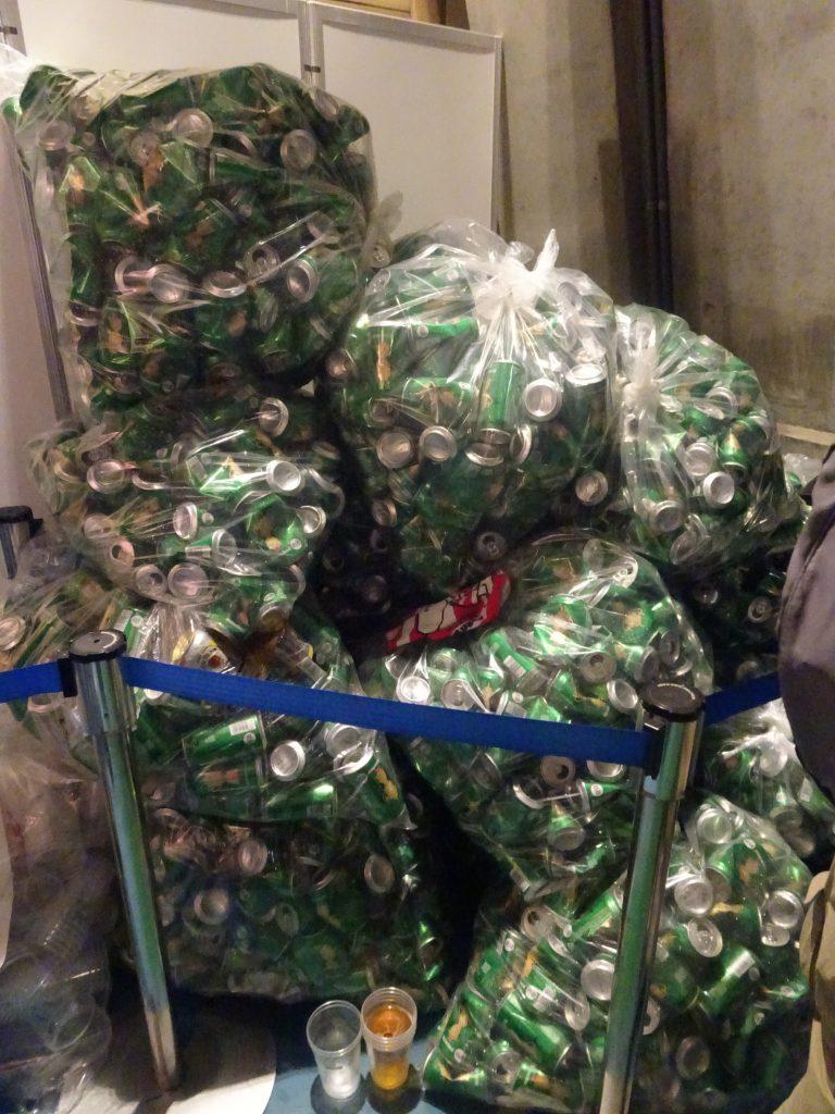 山と積まれた缶ビールの空き缶