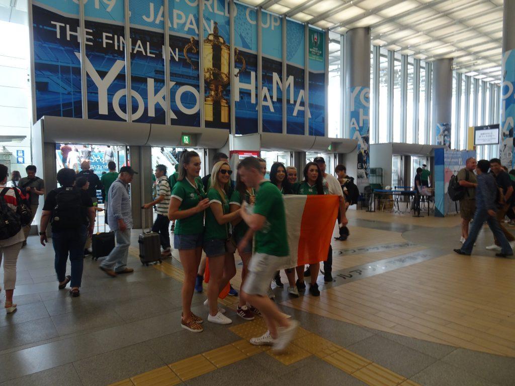 グリーンのシャツを着た新横浜駅のアイルランドサポーター