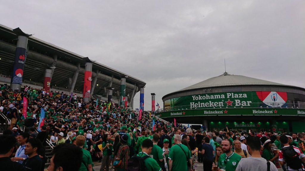 グリーンのシャツを着た会場前のアイルランドサポーター