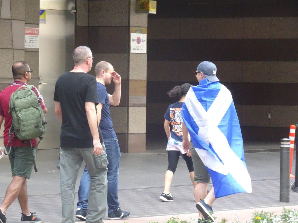 キルトスカートをはいたスコットランドサポーター