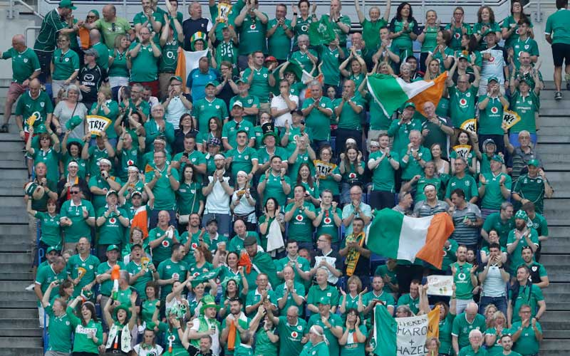 アイルランズコールを大合唱するアイルランドサポーター