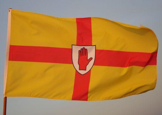 黄色に赤十字のUlster地方の旗