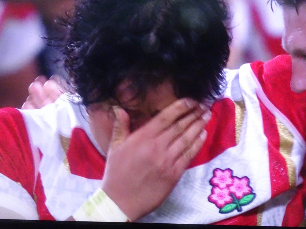 涙をぬぐう稲垣選手
