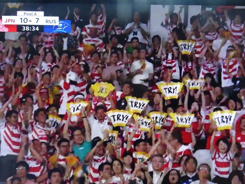 大喜びする観客席のジャパンのファン