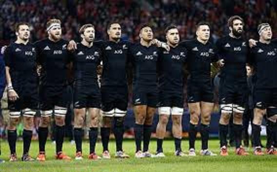 試合前に並んで国歌を歌う選手たち