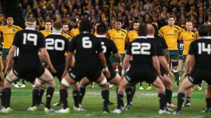 ハカを前にして全員が肩を組んで横一列に並ぶ相手チームの選手