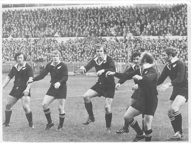 1905年のイギリス遠征で初めてハカを披露するオールブラックスの選手たち