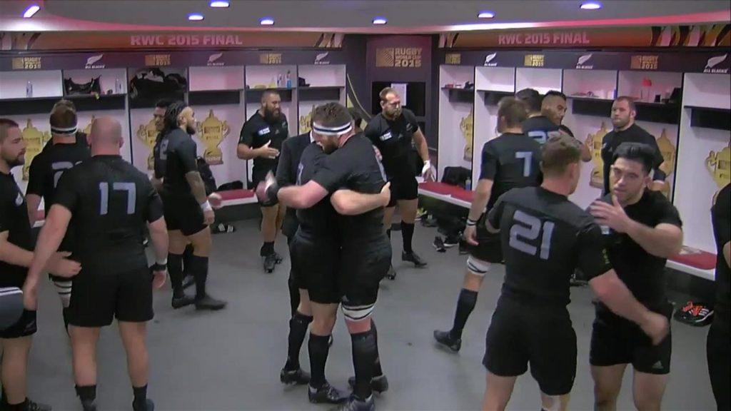 試合後にロッカールームをきれいにするオールブラックスの選手たち