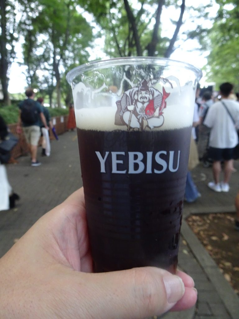 ビールが注がれたプラスチックのコップ
