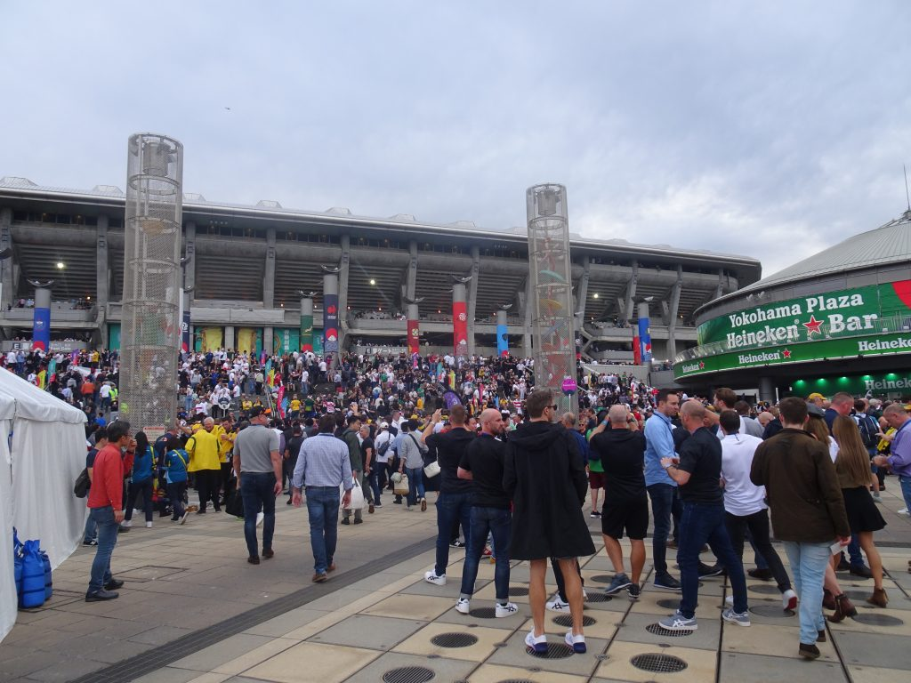 大勢の人でにぎわうスタジアムの前