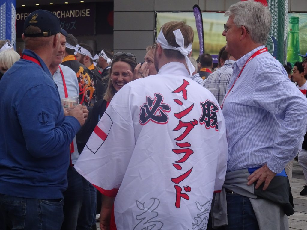 必勝イングランドと書かれた法被を着るイングランドサポーター