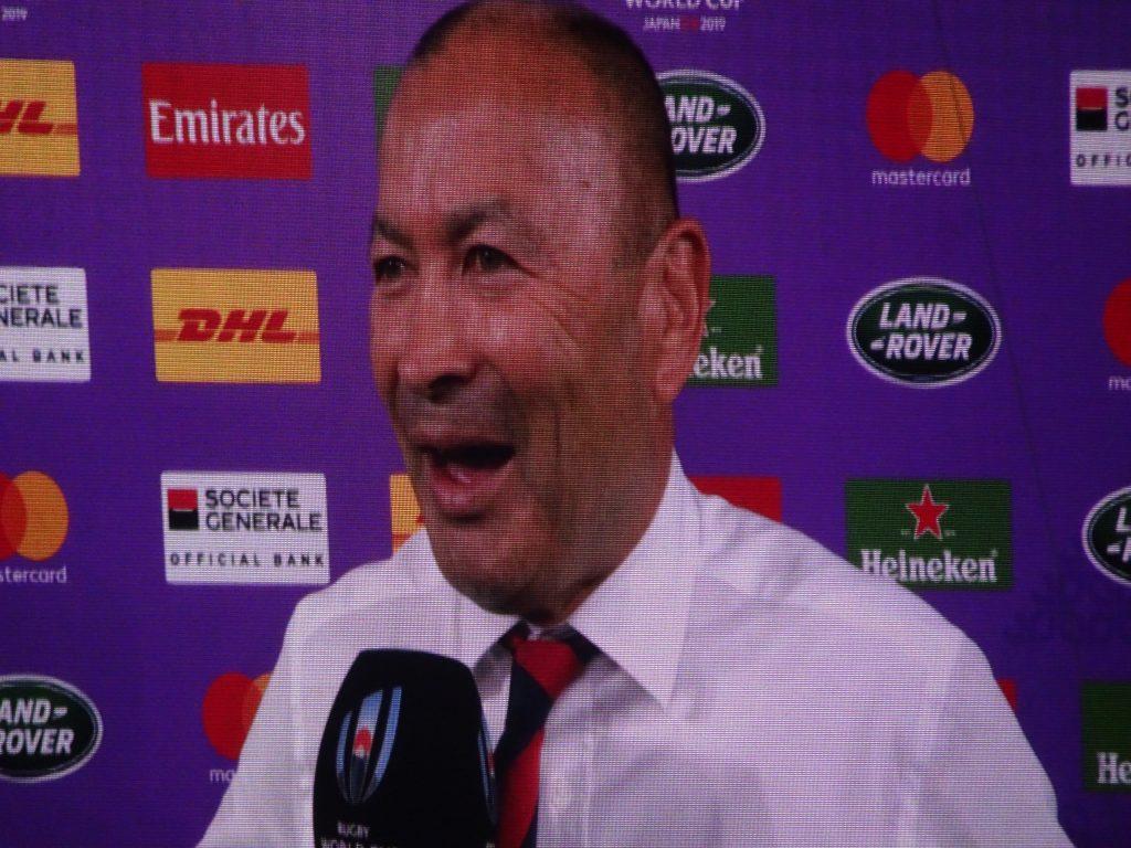 笑顔でインタビューに答えるエデイさん