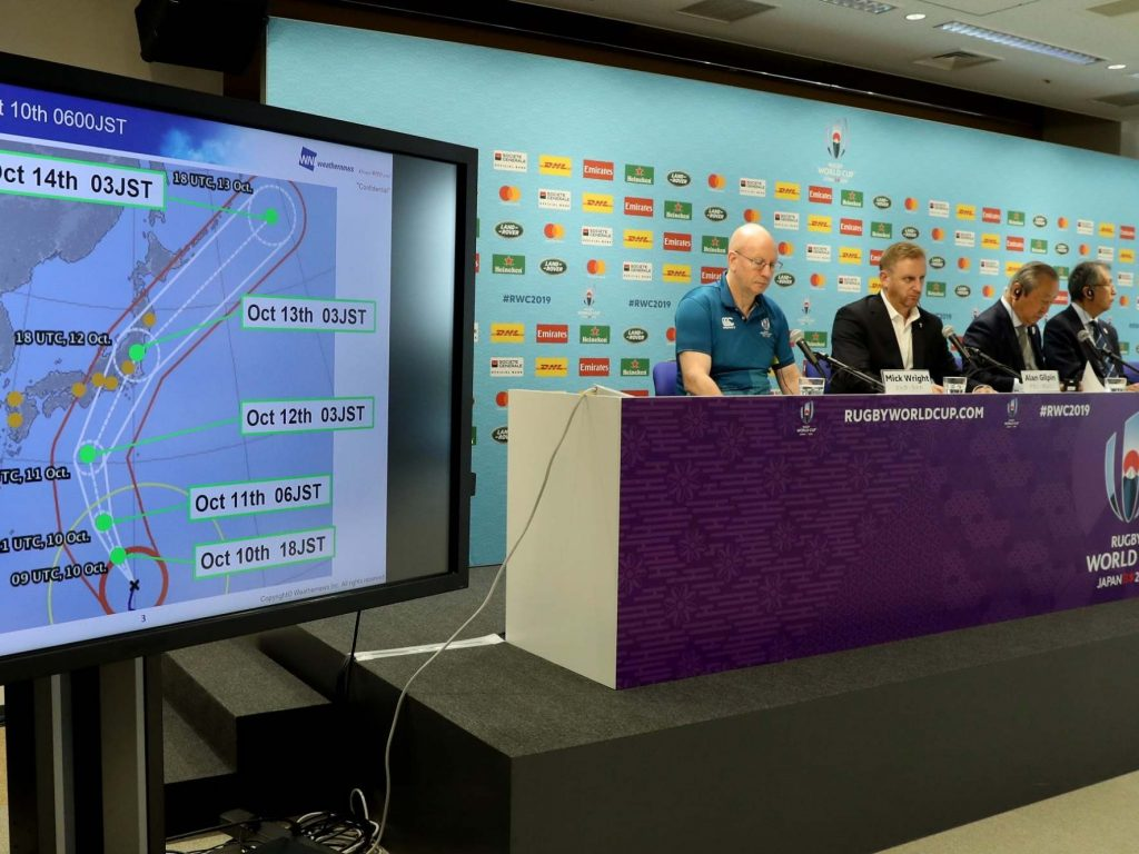 試合の中止を説明する記者会見の様子