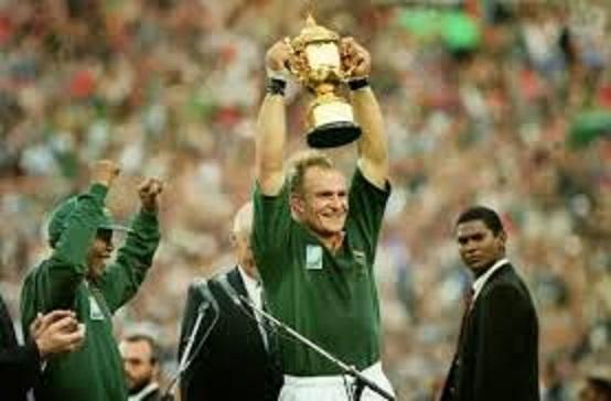 表彰式でマンデラ大統領からカップを渡されるピーナーさん