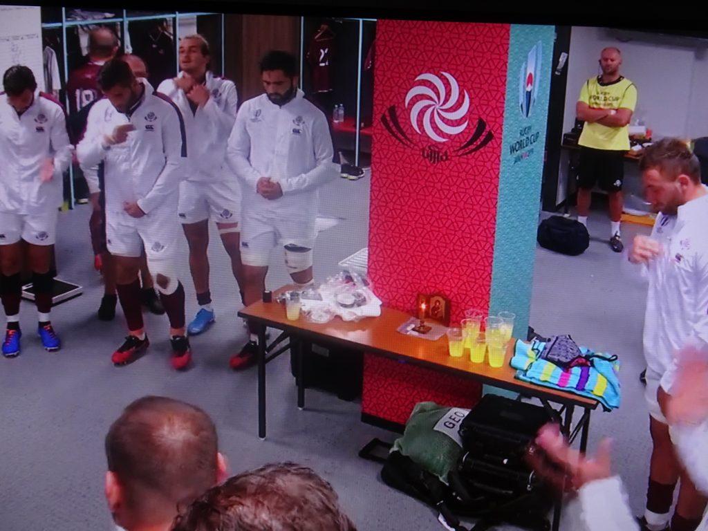 ロッカールームのイコンと祈る選手たち