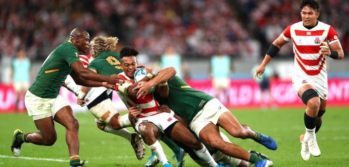 強烈なタックルをする南アフリカの選手