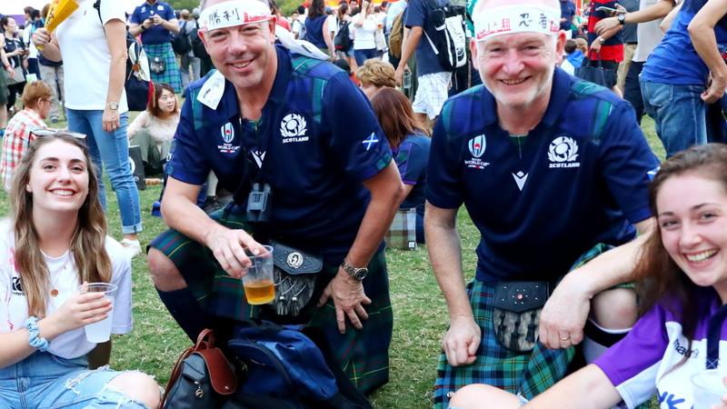 キルトをはいたスコットランドサポーター