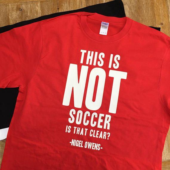 This is not SoccerとプリンとされたTシャツ
