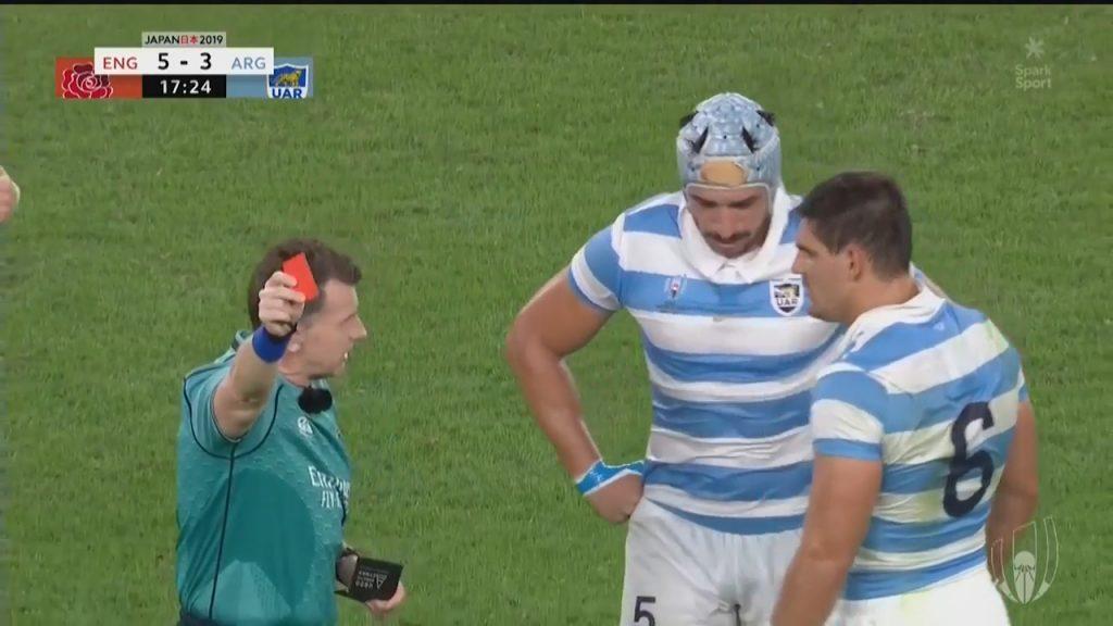 アルゼンチンの選手にレッドカードを出すレフリー
