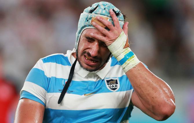 レッドカードを出されて涙ぐむアルゼンチンの選手
