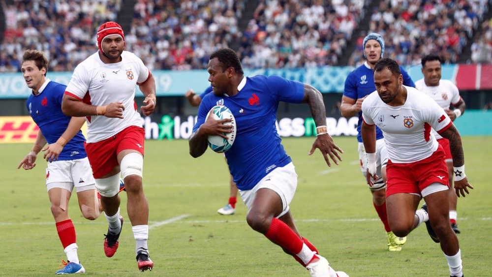 攻撃するフランスの選手