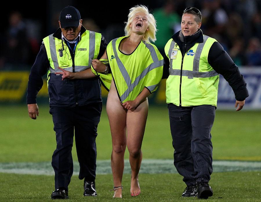 乱入した全裸の女性