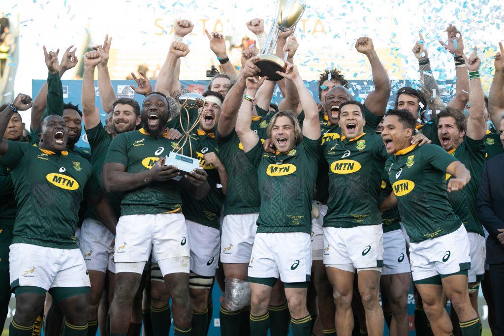 ラグビー・チャンピオンシップカップを手にする南アフリカの選手たち