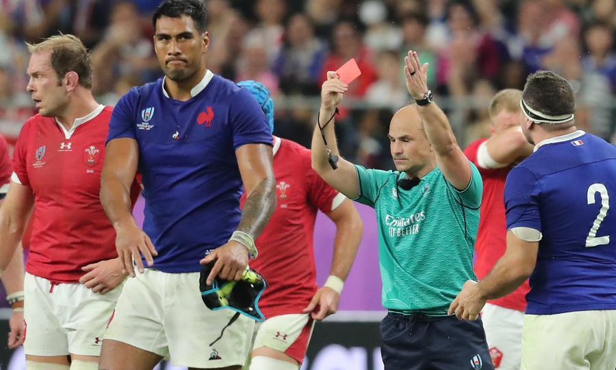 レフリーにレッドカードを示されるフランス選手