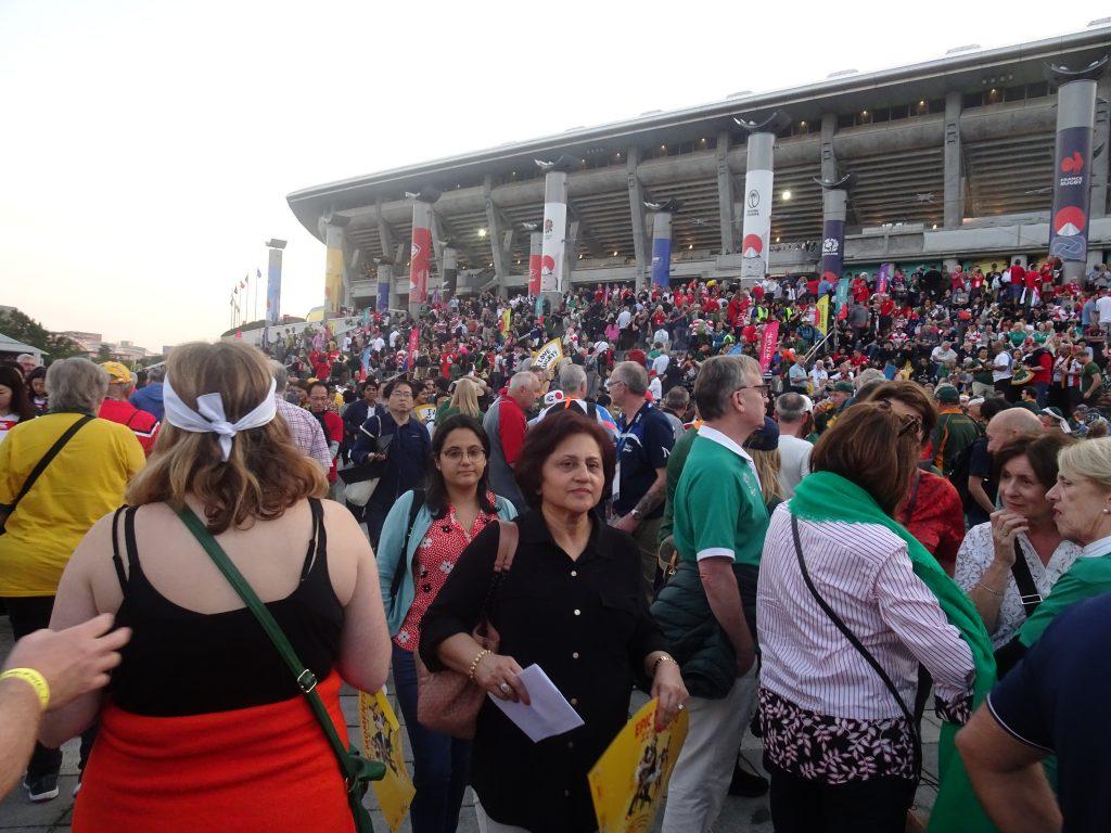 たくさんの人で賑わうスタジアムの前