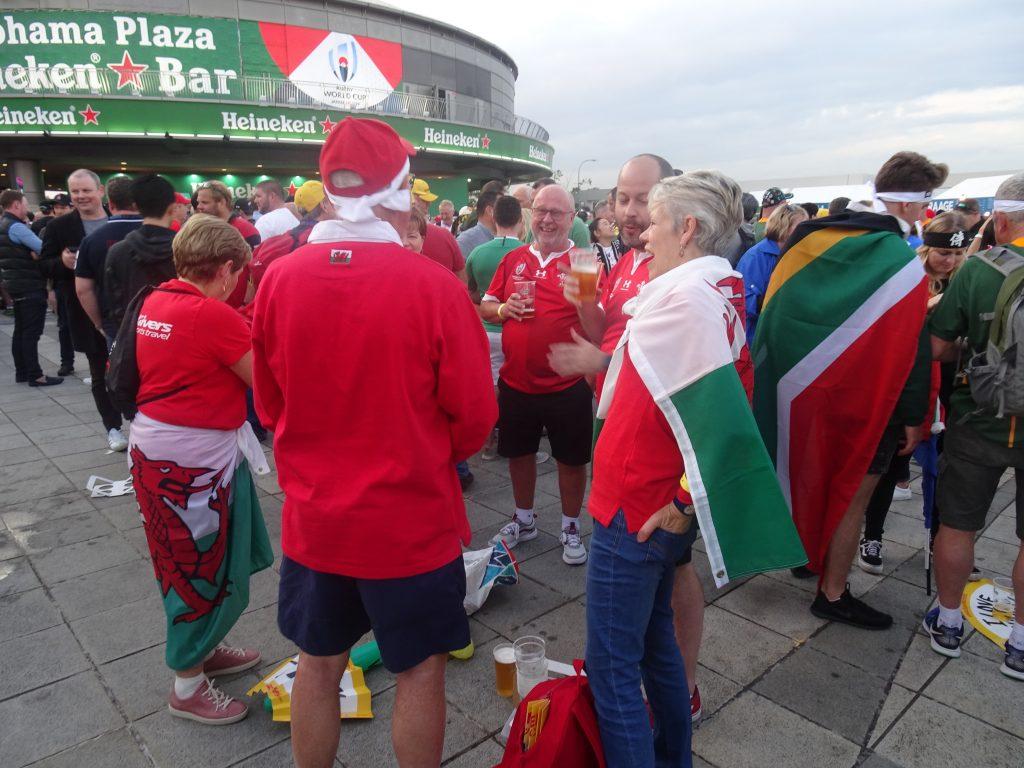 両国の応援の大きな旗を纏った人たち