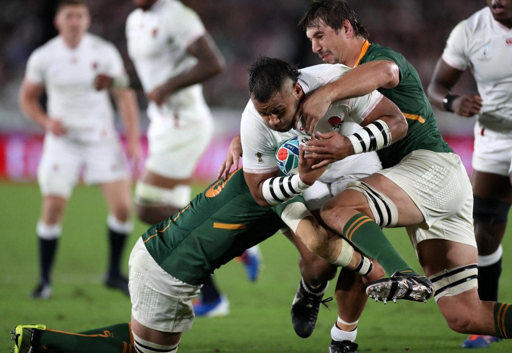 タックルする南アフリカの選手