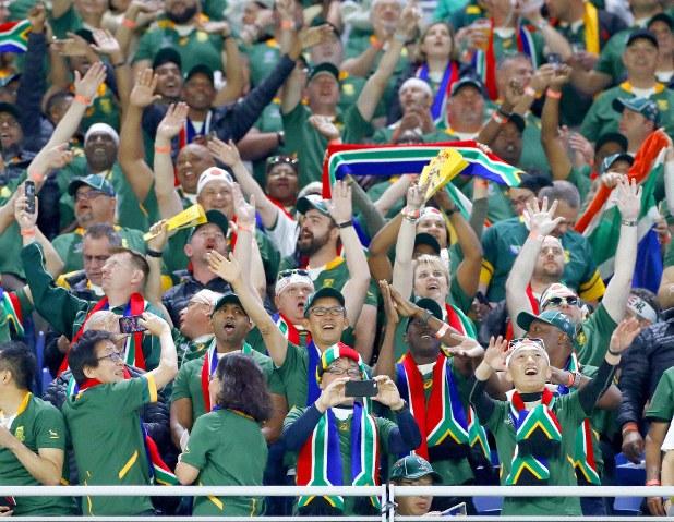 スタジアムで喜ぶ南アフリカのサポーター