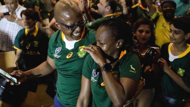 ヨハネスブルクで喜ぶ南アフリカのサポーター