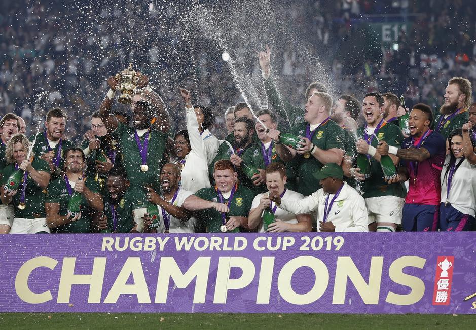 シャンパン・シャワーする南アフリカの選手たち