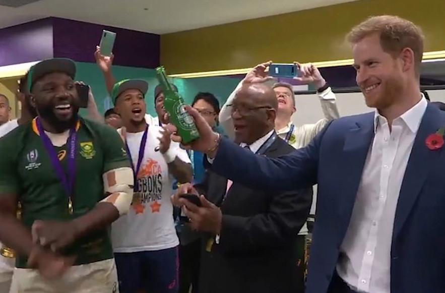 ドレッシングルームにお祝いに駆け付けた南アフリカの大統領とヘンリー王子