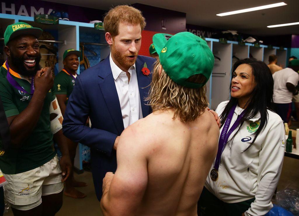 パンツいっちょでヘンリー王子に応対するデクラーク