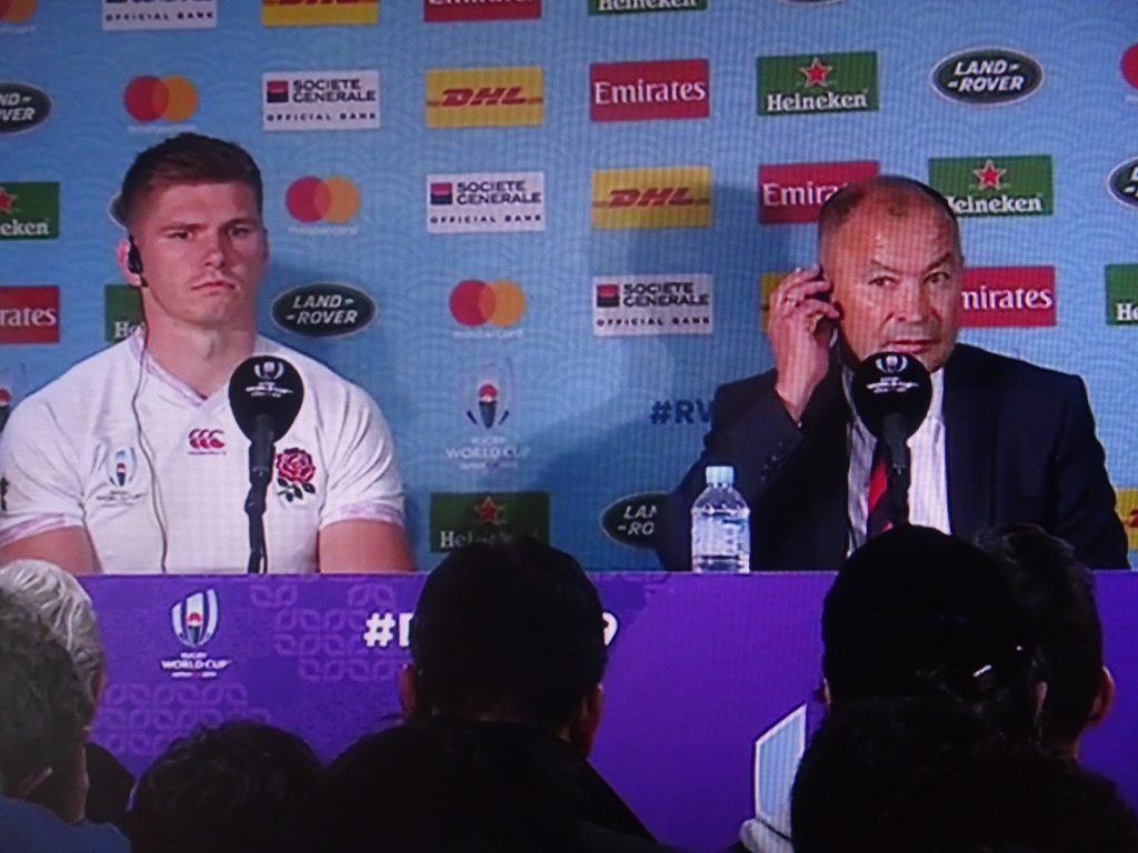 記者会見で答えるエデイさんとファレルキャプテン