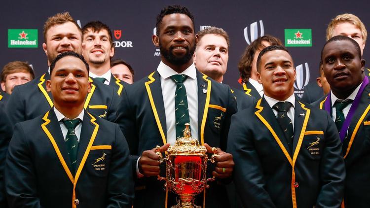 エリスカップを手に誇らしげな南アフリカの選手たち