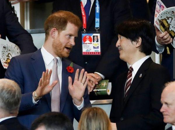 スタジアムの観客席で語りあうヘンリー王子と秋篠宮さま